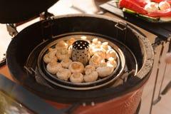 Большие очень вкусные champignons кладя на гриль Стоковая Фотография