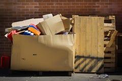 Большие паллеты коробки и тимберса отброса картона полные хлама стоковая фотография rf