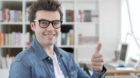 Большие пальцы руки вверх бизнесменом сток-видео