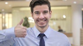 Большие пальцы руки вверх бизнесменом акции видеоматериалы