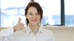 Большие пальцы руки вверх, женщина в офисе Стоковая Фотография RF