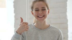 Большие пальцы руки вверх молодой женщиной на работе акции видеоматериалы