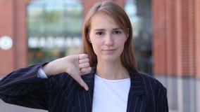 Большие пальцы руки вниз бизнес-леди на работе смотря камеру видеоматериал