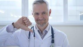 Большие пальцы руки вниз доктором в клинике сток-видео