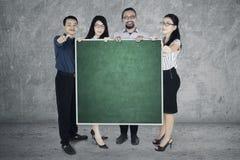 Большие пальцы руки выставки работников поднимают и классн классный стоковое фото rf