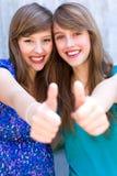 большие пальцы руки девушок вверх Стоковое Изображение
