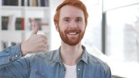 Большие пальцы руки поднимают случайным человеком Redhead акции видеоматериалы