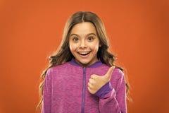 Большие пальцы руки шоу ребенка девушки милые вверх по жесту Подарки ваш подросток полностью полюбит Дети фактически как концепци стоковое изображение rf
