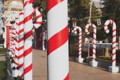 Большие пластичные трубки как тросточки конфеты для рождества стоковое изображение rf