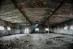 Большие покинутые промышленные зала или ангар загубленных фабрики или склада в Воронеже Стоковое Изображение