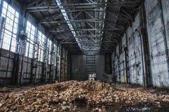 Большие покинутые промышленные зала или ангар загубленных фабрики или склада в Воронеже Стоковое Фото