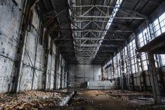 Большие покинутые промышленные зала или ангар загубленных фабрики или склада в Воронеже Стоковое фото RF