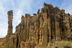 Большие постаменты brownstone и столбцы в зоне Лос Estoraques уникально естественной, Playa De Belen, Колумбия стоковое изображение