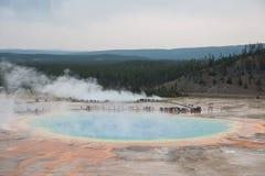 Большие призменные горячие источники обозревают в yellowstone стоковое изображение