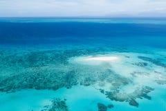 Большие риф и коралл барьера зашкурят cay от выше Стоковая Фотография RF
