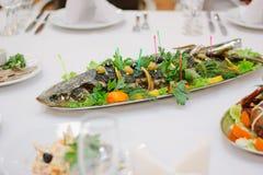 Большие рыбы на таблице во время события ресторанного обслуживании доставка с обслуживанием шведского стола Стоковые Фото