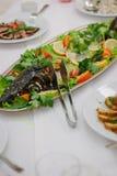 Большие рыбы на таблице во время события ресторанного обслуживании доставка с обслуживанием шведского стола Стоковое Изображение