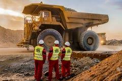 Большие самосвалы транспортируя руду платины для обрабатывать с стоковые фотографии rf