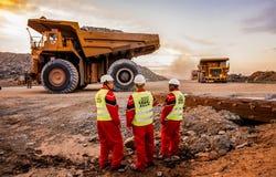Большие самосвалы транспортируя руду платины для обрабатывать с стоковая фотография rf