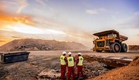 Большие самосвалы транспортируя руду платины для обрабатывать с стоковое фото rf