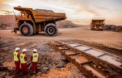 Большие самосвалы транспортируя руду платины для обрабатывать с стоковая фотография