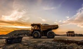 Большие самосвалы транспортируя руду платины для обрабатывать стоковая фотография rf