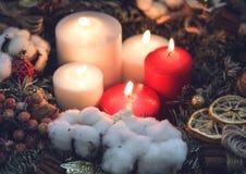 Большие свечи красного цвета и белых горения воска Стоковое Изображение RF