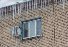 Большие сосульки на крыше здания Стоковое Фото
