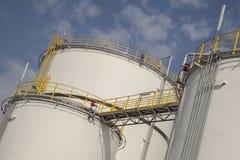 Большие танки для нефти и газ стоковые фото