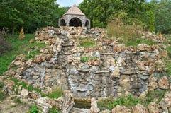 Большие фонтан сухого камня и часовня na górze холма Стоковые Фото