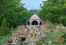 Большие фонтан сухого камня и часовня na górze холма Стоковые Изображения RF