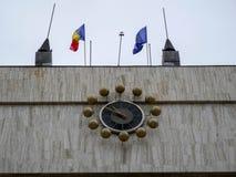 Большие часы на городской ратуше, развевающ румынские и европейские ф стоковые изображения rf