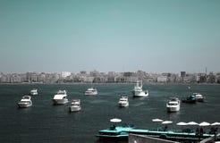 Большие шлюпки рыб паркуя около цитадели Qaitbay на побережье Alexanderia, Египта Стоковое Изображение