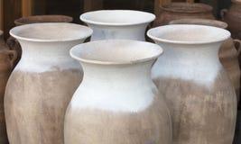 Большие amphorae глины для воды в ряд для продажи Стоковые Изображения