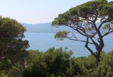 Больший взгляд залива St Tropez от холма на солнечный летний день стоковое изображение