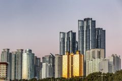 Больший взгляд современных небоскребов, красивый заход солнца стоковые фотографии rf