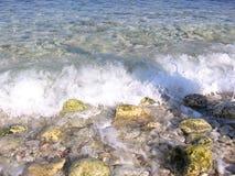 Больший прибой волны пляжа океана на береге с ясной морской водой стоковое фото rf