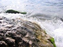Больший прибой волны пляжа океана на береге с ясной морской водой стоковые изображения rf