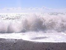Больший прибой волны пляжа океана на береге с ясной морской водой стоковые изображения