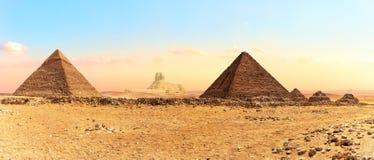 Больший сфинкс между пирамидами, съемка панорамы, Гиза, Египет стоковое изображение