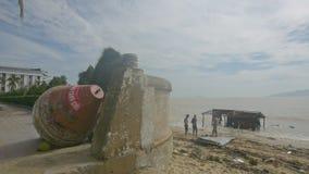 Большим помытая томбуем на берег стойка людей на пляже на сломленном доме акции видеоматериалы