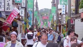 Большинств известная улица в Камакуре - популярная улица Komachi - ТОКИО/ЯПОНИЯ - 12-ое июня 2018 сток-видео