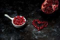 Большинств seducive плод на день Святого Валентина - гранатовое дерево уговаривать, красные семена аранжировало в форме сердца стоковые изображения rf