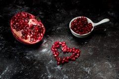 Большинств seducive плод на день Святого Валентина - гранатовое дерево уговаривать, красные семена аранжировало в форме сердца стоковая фотография
