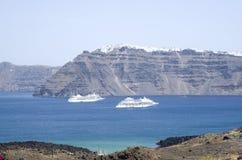 2 больших белых пассажирского корабля между островами Santorini Стоковые Изображения RF