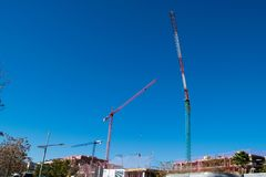 3 больших высоких крана под новым строительством Стоковые Фотографии RF