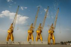 4 больших желтых крана в порте Уэльвы, Испании Стоковые Изображения