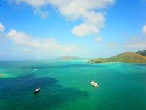 2 больших корабля в Индийском океане с тропическим островом стоковые фотографии rf