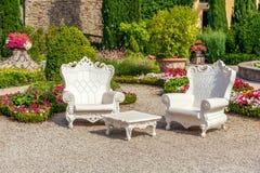 2 больших пластичных кресла при белый цвет помещенный в Тоскане садовничают стоковые изображения rf