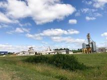 Большое аграрное аграрное сельскохозяйственное строительство с оборудованием, домами, амбарами, зернохранилищем стоковые фотографии rf